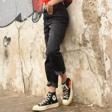 Effortless with our Mom Jean Taille Haute.#trendivor #trendigirls #trend #fashion #outfit #outfitoftheday #black #red #street #urban